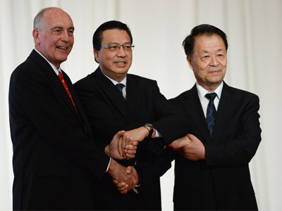 Australia's Deputy Prime Minister Warren Truss (L), Malaysia's Transport Minister Liow Tiong Lai (C) and Chinese Transport Minister Yang Chuantan (R) shake hands after the MH370 joint press conference at a hotel in Kuala Lumpur on April 16, 2015.  PHOTO: MOHD RASFAN / AFP