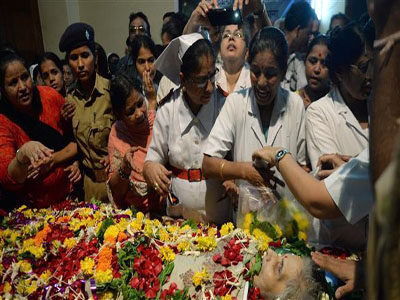 Indian nurses and hospital staff gather to pay respect near the body of nurse Aruna Shanbaug in Mumbai, May 18, 2015