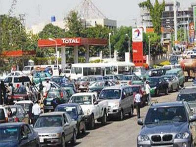 Long queues at a filling station