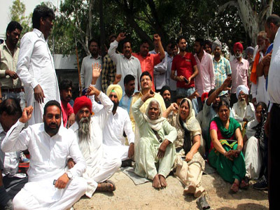 People protest against the state government at Moga civil hospital following the alleged molestation of a woman and her daughter on a bus. (JS Grewal/HT Photo)