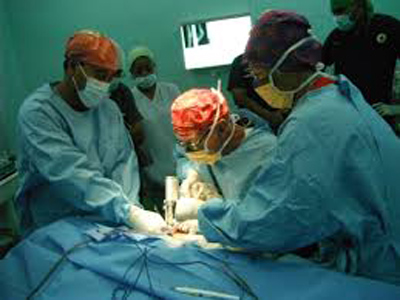 Surgeons carrying out a medical procedure. PHOTO : pacificsurgeon.org