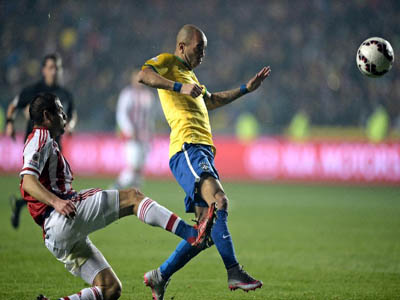 Paraguay defender Pablo Cesar Aguilar (L) and Brazil's Diego Tardelli during their Copa America quarter-final match, in Concepcion, Chile, on June 27, 2015 (AFP Photo/Juan Mabromata)