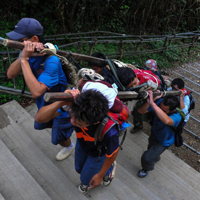 A Malaysian rescue team carries an injured Singaporean student after an earthquake near Mount Kinabalu on June 5, 2015, in this Malaysia Information Ministry photo (AFP Photo/)