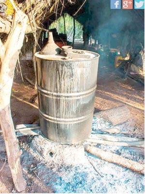 Boiling palm wine as part of the ogogoro brewing process