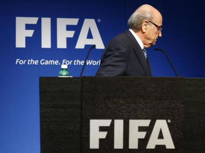 FIFA President Sepp Blatter leaves after his statement during a news conference at the FIFA headquarters in Zurich, Switzerland, June 2, 2015. PHOTO: REUTERS/RUBEN SPRICH