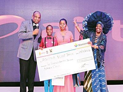 Winner, Ashaka Ihona being presented with his prize; Regional Manager, Diamond Bank, Mr. Benson Oraelosi (left); Foluke Michael and Mrs. Nike Ekundaiye