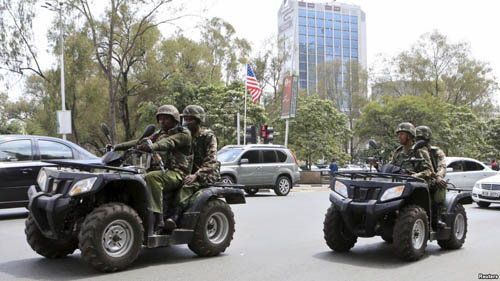 Kenyan police patrol along a main street as the country prepares to receive U.S. President Barack PHOTO: VOAhausa.com