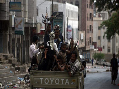 Armed Yemeni tribal gunmen from the Popular Resistance Committees monitor a street in the southern city. PHOTO:news.yahoo.com