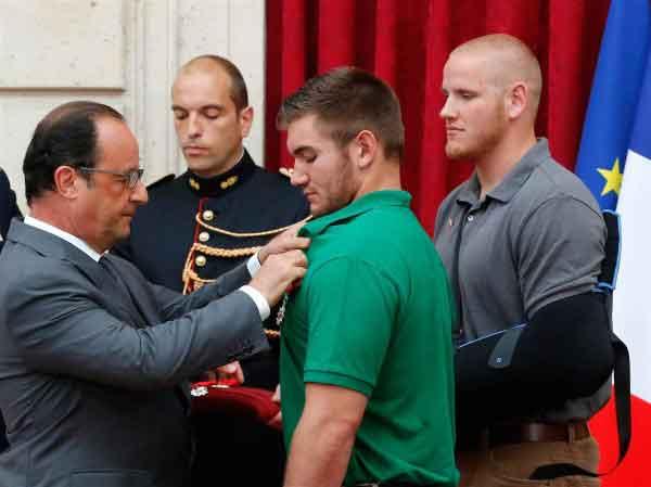 President Hollande decorates Stone. Photo credit thenews