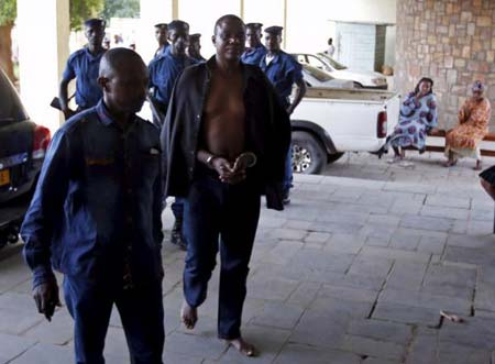 Policemen escort detained Burundi Army general Juvenal Niyungeko to a high court in Bujumbura, Burundi May 16, 2015. REUTERS/Goran Tomasevic