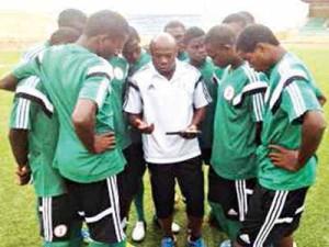 Coach Emmanuel Amuneke giving the Golden Eaglets pep talk at Niger 2015 CAF U-17 Championship.
