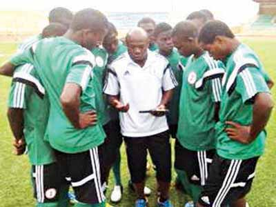 Coach Emmanuel Amuneke giving the Golden Eaglets pep talk at Niger 2015 CAF U-17 Championship.