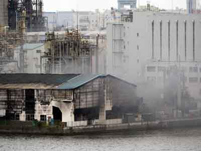 Huge-blaze-breaks-out-at-steel-plant-near-Tokyo's-Haneda-airport
