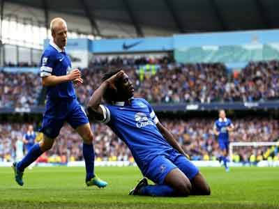 Michael Steele Romelu Lukaku of Everton celebrates with teammate Steven Naismith