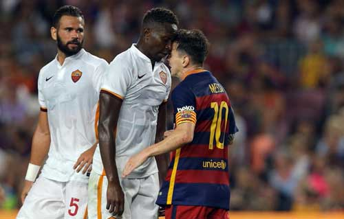 Barcelona's Lionel Messi, right, and Roma's Mapou Yanga-Mbiwa get involved in a scuffle during the Joan Gamper trophy soccer match between FC Barcelona and AS Roma at the Camp Nou stadium in Barcelona, Spain, Wednesday, Aug. 5, 2015. (AP Photo/Francisco Seco)