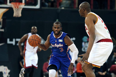 NBA Team World's US captain Chris Paul (R) of the Los Angeles Clippers dribbles the ball during the NBA Africa basketball match between Team Africa and Team World on August 1, 2015, in Johannesburg (AFP Photo/Gianluigi Guercia)