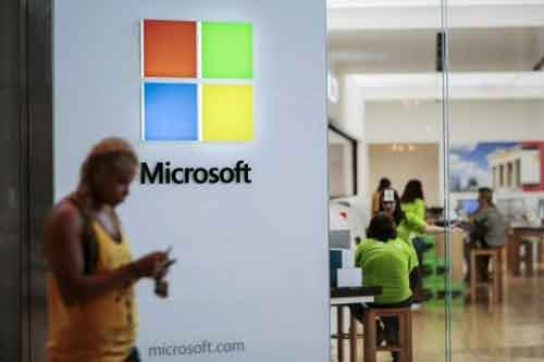 People visit a Microsoft store in Paramus, New Jersey July 8, 2015. REUTERS/EDUARDO MUNOZ