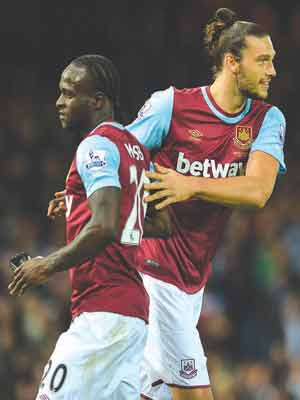Andy Carroll (right) pats Victor Moses on the back as he replaced the Nigerian during their English Premier League match against Newcastle United…on Monday.                PHOTO: AFP.