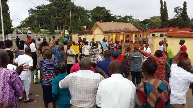 Workers protest non payment of 3 months salaries in Ondo PHOTO: Naijapot