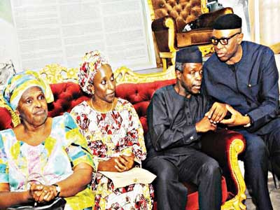 Vice President, Prof. Yemi Osinbajo (second right), his wife, Dolapo Osinbajo, daughter of the deceased, Mrs. Tola Oyediran, and Ondo State Governor, Dr Olusegun Mimiko (right), during the governor's condolence visit to the Awolowo's residence, in Ikenne… yesterday.