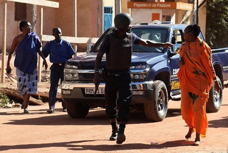 Malian security forces evacuate two women from near the Radisson Blu hotel in Bamako on November 20, 2015 (AFP Photo/Habibou Kouyate)