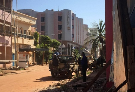 Malian troops take position outside the besieged Radisson Blu hotel in Bamako on November 20, 2015 (AFP Photo/Sebastien Rieussec)