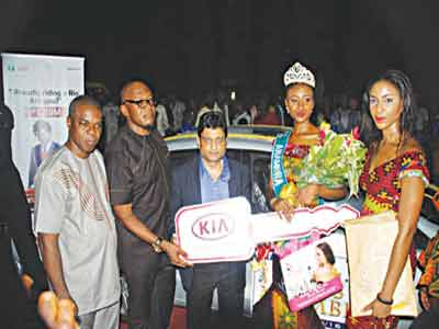 MD/CEO of ABS Uche Nworah (second left) and Miss Nwando Okwuosa (right) join the Kia Motors Team to present  dummy key of Kia Rio to the new Queen.