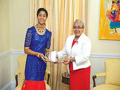 Zuriel presenting DUSUSU Award to Mrs. Kenyantta