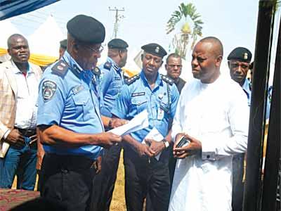 Iwunze, handing over donation to CP, Imo, Taiwo Lakanu