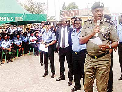 Inspector General of Police (IGP)  Solomon Arase (right),  briefing officers and men of the Bayelsa  Police Command, ahead of the December 5 governorship elections at the command's headquarters in Yenagoa …yesterday PHOTO: NAN