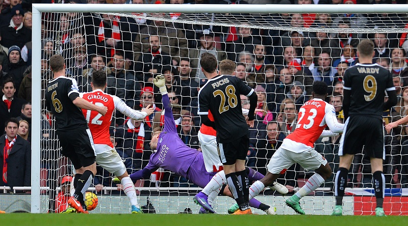 Arsenal's English striker Danny Welbeck (2R) scores his team's second goal during the English Premier League football match between Arsenal and Leicester at the Emirates Stadium in London on February 14, 2016. / AFP / GLYN KIRK / RESTRICTED TO EDITORIAL USE. No use with unauthorized audio, video, data, fixture lists, club/league logos or 'live' services. Online in-match use limited to 75 images, no video emulation. No use in betting, games or single club/league/player publications. /