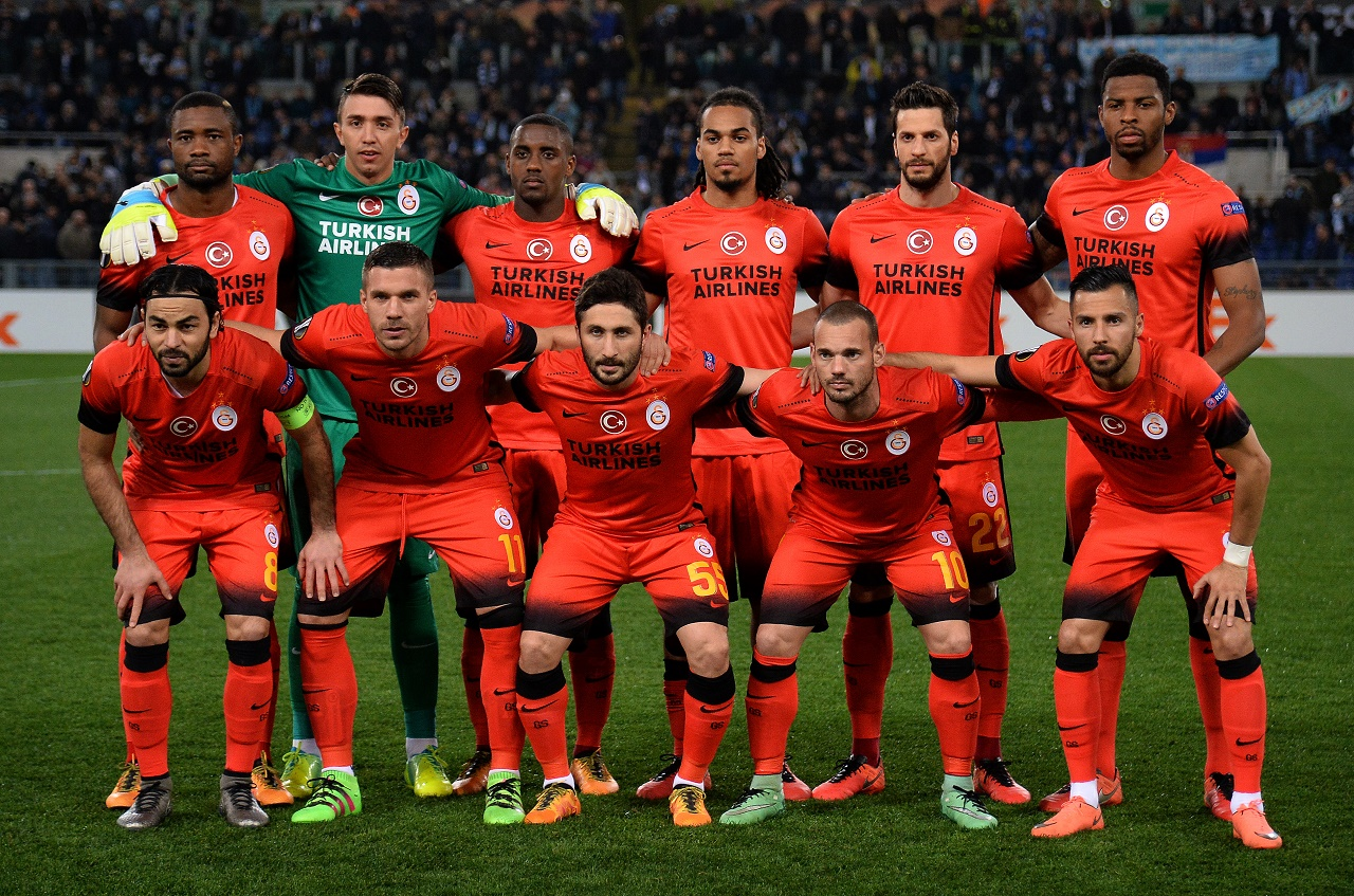 (FILES) This file photo taken on February 25, 2016 shows Galatasaray's players posing before the UEFA Europa League football match Lazio vs Galatasaray at the Olympic stadium in Rome. UEFA on March 2, 2016 banned Turkish champions Galatasaray from all European competition for two years for breaching spending rules. / AFP / ALBERTO PIZZOLI