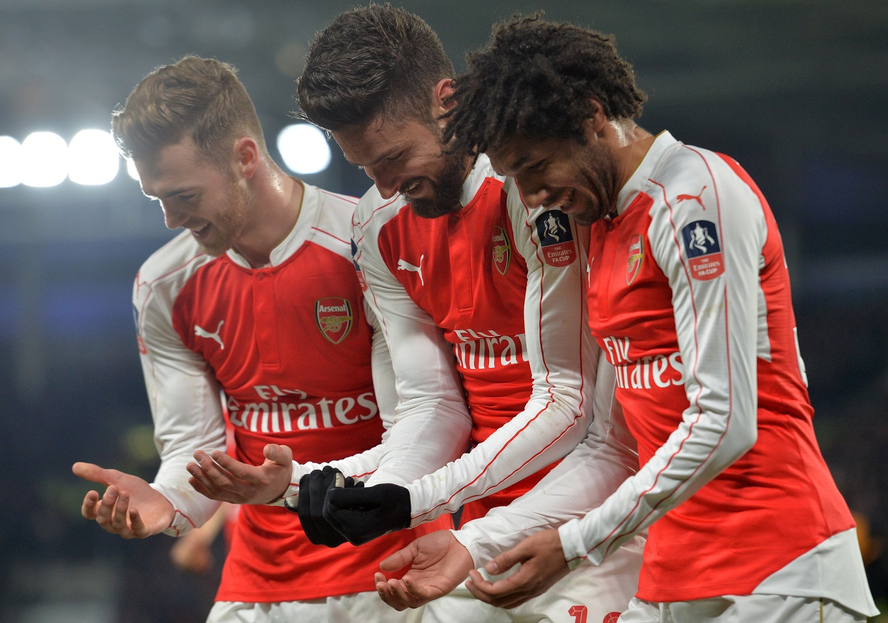 Arsenal's French striker Olivier Giroud (C) celebrates with Arsenal's English defender Calum Chambers (L) and Arsenal's Egyptian midfielder Mohamed Elneny after scoring the opening goal of the English FA cup fifth round replay football match between Hull City and Arsenal at the KC Stadium in Kingston upon Hull in north east England on March 8, 2016. Paul ELLIS / AFP