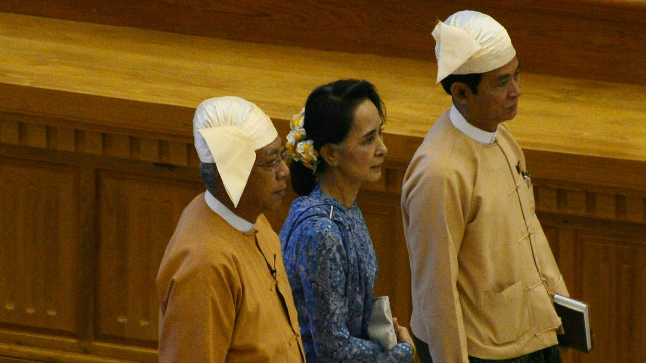 Myanmar's new president, Htin Kyaw (L), and democracy icon Aung San Suu Kyi (C), arrive with Lower House Speaker Win Myint (R) for the swearing-in ceremony at the parliament in Naypyidaw on March 30, 2016.  A close aide to Aung San Suu Kyi was sworn in as Myanmar's president on March 30, a role that will see him act as a proxy for the pro-democracy figurehead and carry the hopes of a nation emerging from military rule. / AFP / ROMEO GACAD