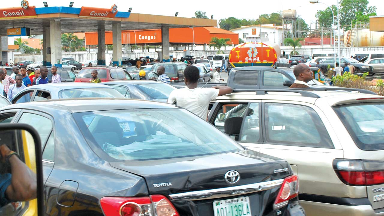 Fuel queue at Conoil filling station along Lagos-Ibadan Expressway... yesterday Photo: Ayodele Adeniran