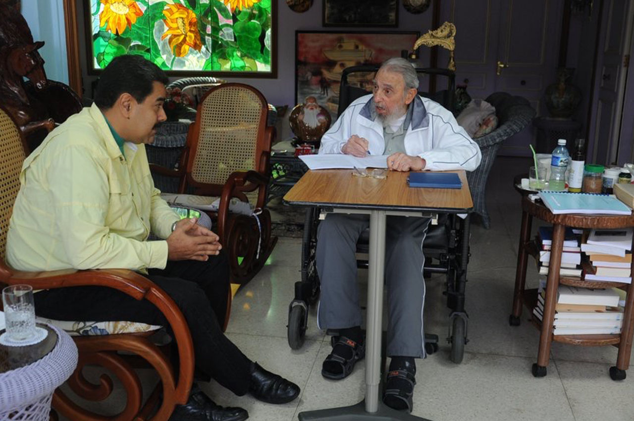 """Venezuelan President Nicolas Maduro visited Cuban leader Fidel Castro for two and a half hours in his home in Havana, Cuba on March 19, 2016. RESTRICTED TO EDITORIAL USE-MANDATORY CREDIT """"AFP PHOTO/VTV"""" NO MARKETING NO ADVERTISING CAMPAIGNS-DISTRIBUTED AS A SERVICE TO CLIENTS-GETTY OUT / AFP / VTV / HO"""