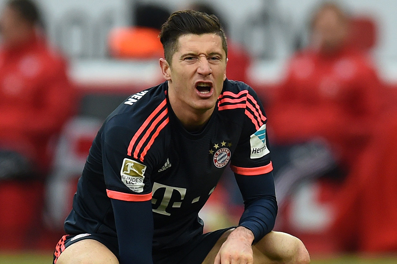 Bayern Munich's Polish striker Robert Lewandowski reacts during the German Bundesliga first division football match between FC Cologne vs FC Bayern Munich in Cologne, western Germany, on March 19, 2016. / AFP / PATRIK STOLLARZ / RESTRICTIONS: DURING MATCH TIME: DFL RULES TO LIMIT THE ONLINE USAGE TO 15 PICTURES PER MATCH AND FORBID IMAGE SEQUENCES TO SIMULATE VIDEO. == RESTRICTED TO EDITORIAL USE == FOR FURTHER QUERIES PLEASE CONTACT DFL DIRECTLY AT + 49 69 650050