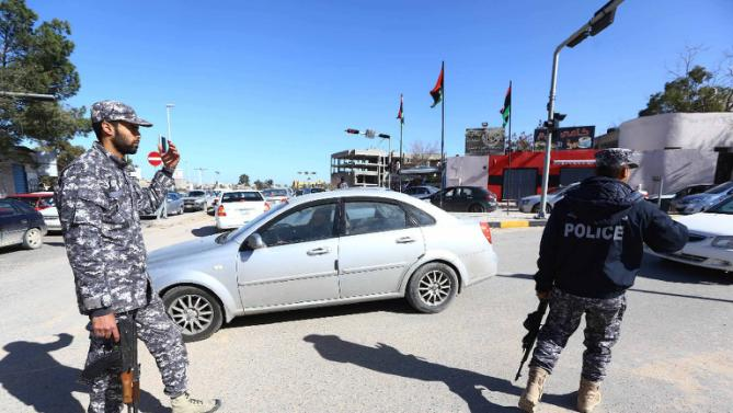 Libyan police guard a checkpoint in Tripoli (AFP Photo/Mahmud Turkia)