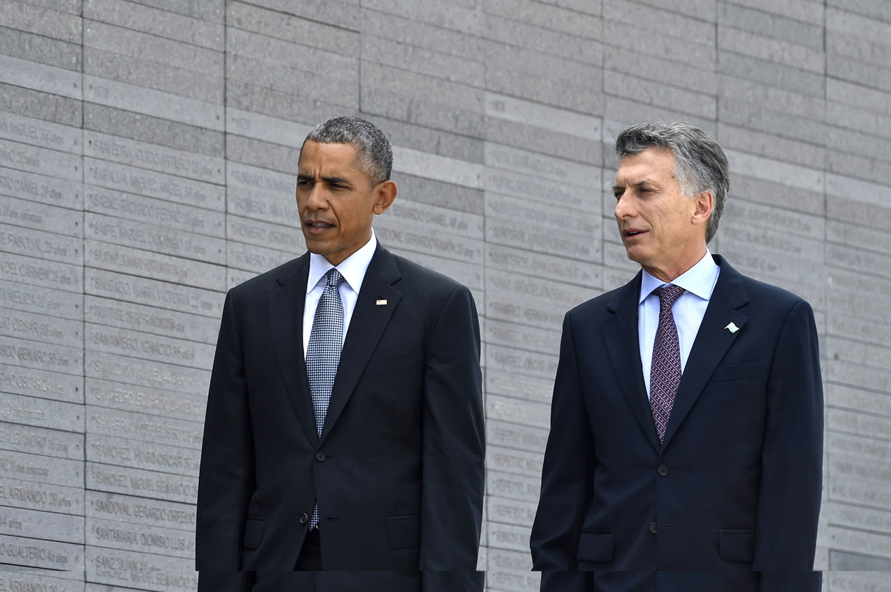"US President Barack Obama (L) walks with Argentinian President Mauricio Macri as he pays homage to the victims of Argentina's ""Dirty War"" at the ""Parque de la Memoria"" (Remembrance Park) in Buenos Aires on March 24, on the 40th anniversary of the 1976 military coup. Obama paid tribute Thursday to victims of Argentina's former Washington-backed dictatorship at a memorial on the banks of the River Plate, a monument to the estimated 30,000 people who were killed or went missing under the 1976-1983 military regime. AFP PHOTO / NICHOLAS KAMM / AFP / NICHOLAS KAMM"