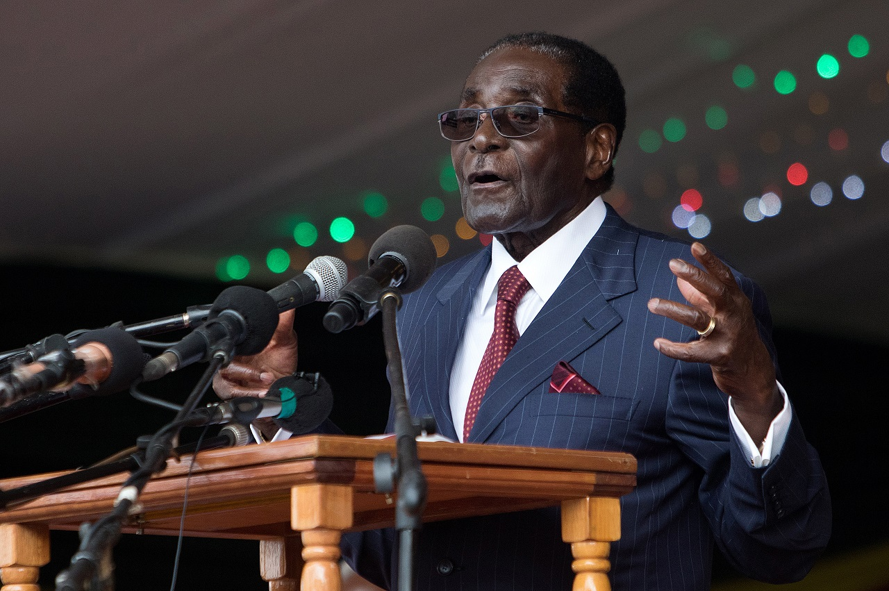 Zimbabwe's President Robert Mugabe delivers a speech during celebrations marking his birthday in Masvingo on February 27, 2016. / AFP / JEKESAI NJIKIZANA
