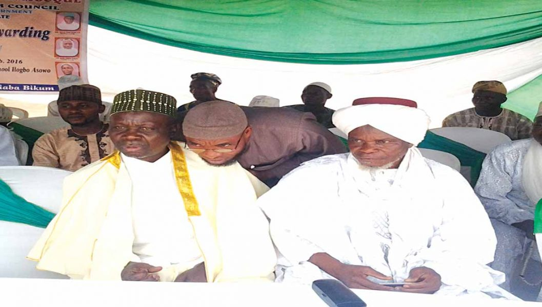 Mufasir, Ilogbo Central Mosque, Alhaji Jimoh Oyekunle (left); Chief Imam Debeodero Central Mosque, Imam Abdulrasheed Taiwo Faluyi and the Chief Imama Tigboilu Central Mosque, Imam Ambali Sulaimon at the turbaning/award ceremony at Ilogbo Muslim Community, Ologbo, Ota, Ogun State.