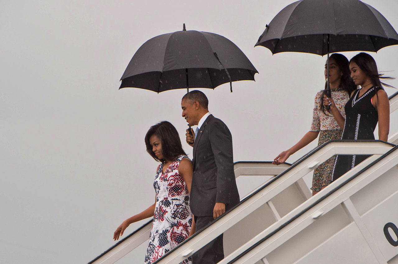 US President Barack Obama (2nd L), First Lady Michelle Obama (L) and daughters Malia (2nd R) and Sasha (R) disembark from Air Force One at the Jose Marti International Airport in Havana on March 20, 2016. Obama arrived in Cuba to bury the hatchet in a more than half-century-long Cold War conflict that turned the communist island and its giant neighbor into bitter enemies. AFP PHOTO/Nicholas KAMM / AFP / NICHOLAS KAMM