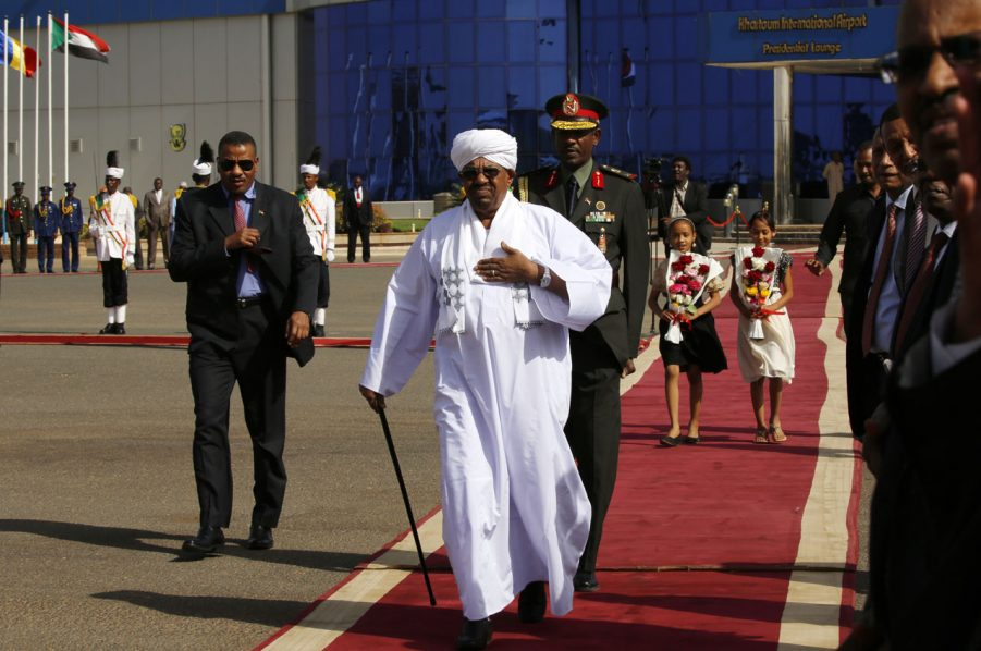 Sudan's President Omar al-Bashir arrives to welcome his Chadian counterpart at Khartoum's airport on March 8, 2016 in Sudan. / AFP / ASHRAF SHAZLY