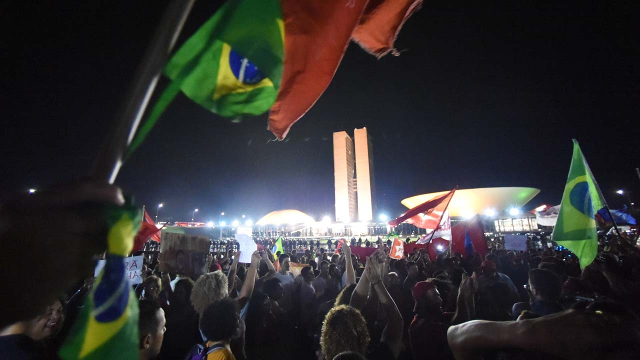 Activists demonstrate in support of the Workers' Party (PT) and former Brazilian Prersident Luiz Inacio Lula da Silva at Esplanada dos Ministerios in Brasilia, on March 18, 2016. A Brazilian court cleared Lula da Silva Friday to start work as chief of staff to his embattled successor Dilma Rousseff, overturning an injunction blocking his appointment. AFP PHOTO/ANDRESSA ANHOLETE Andressa Anholete / AFP