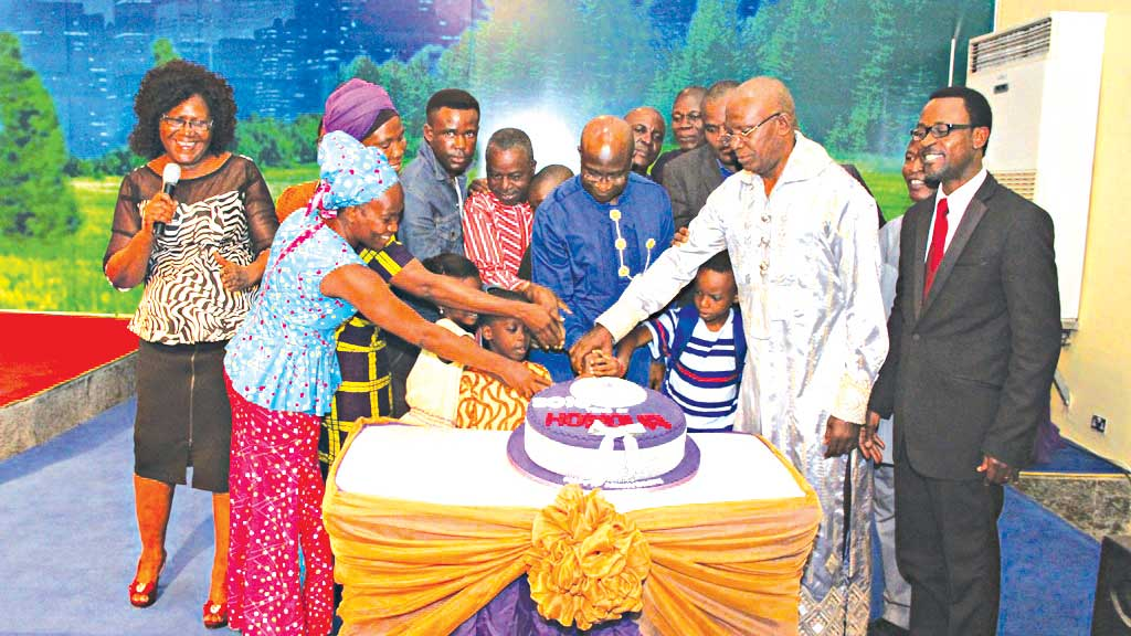 Founder, Glory Christian Ministries Int'l, Lagos, Pastor (Dr.) Iruofagha S. James (centre) flanked by His Royal Majesty (Dr.) Patrick Ogbuagu (second right); and other members of the church cutting the anniversary cake.
