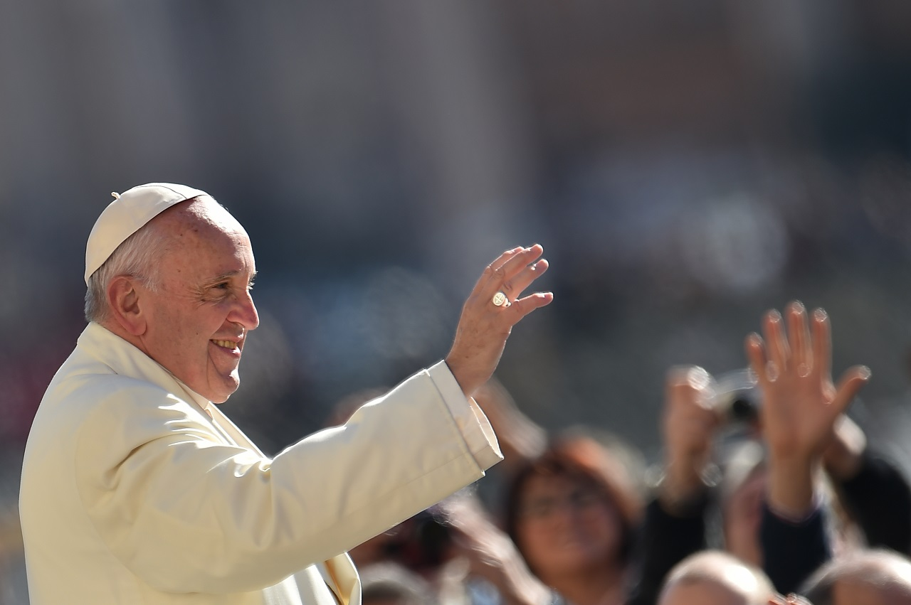 Pope Francis greets the crowd during his weekly general audience at St Peter's square on March 2, 2016 at the Vatican.   AFP PHOTO / VINCENZO PINTO / AFP / VINCENZO PINTO