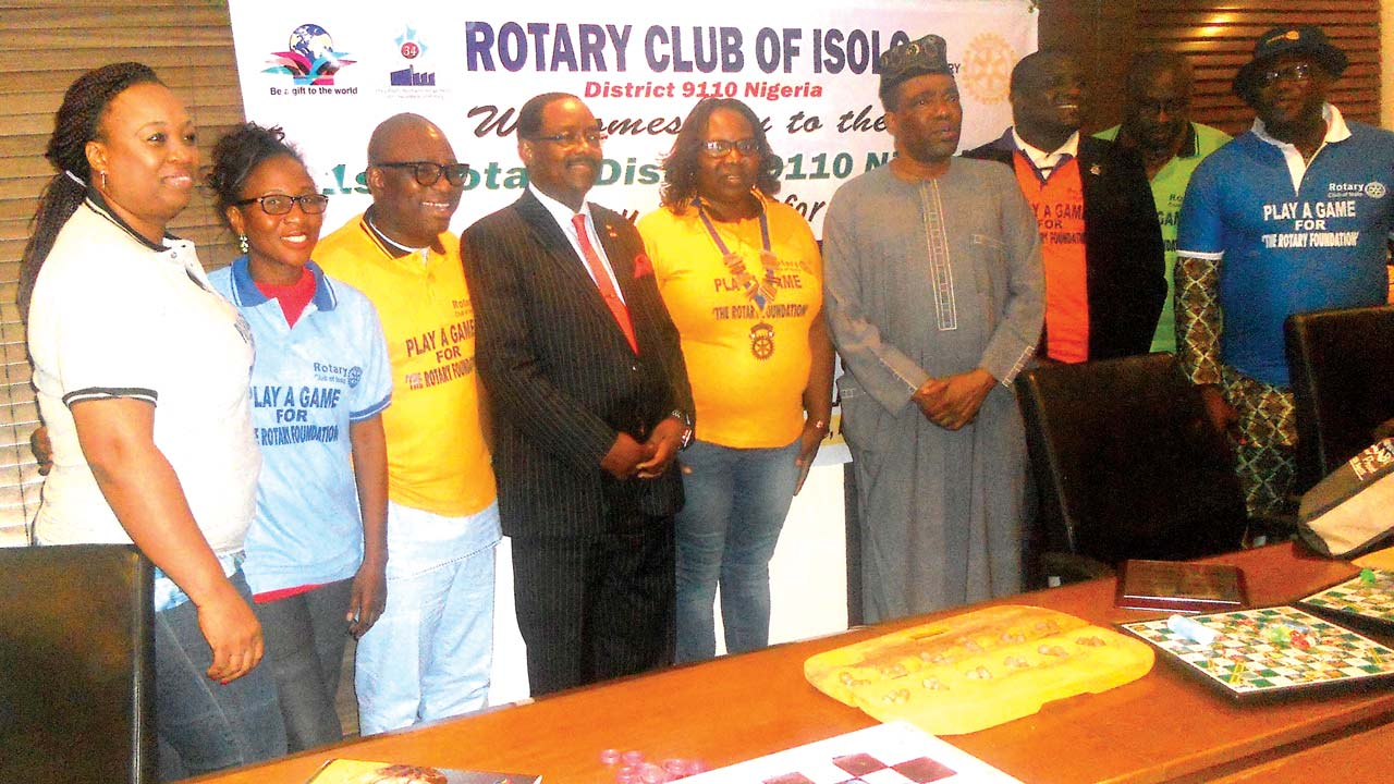 Past District Governor Olawale Cole (fourth left), President Lolade Temitope-Ogungbe, Senator Ganiyu Solomon and others at the event. PHOTO: ISAAC TAIWO