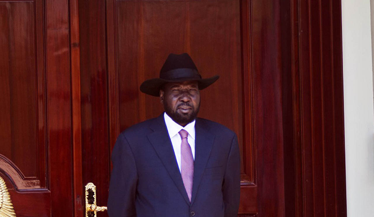 President of the Republic of South Sudan, Salva Kiir, waits for UN Secretary General at the State House in Juba, South Sudan, on February 25, 2016. / AFP / Albert Gonzalez Farran