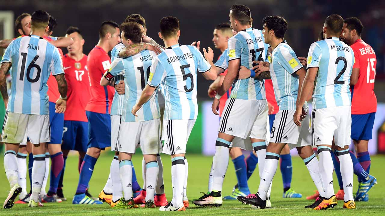 Argentine players celebrate at the end of their Russia 2018 FIFA World Cup South American Qualifiers' football match against Chile, in Santiago on March 24, 2016. AFP PHOTO / MARTIN BERNETTI MARTIN BERNETTI / AFP