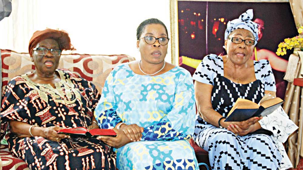 The widow Grace (left); Taiwo Mayuku and Mrs. Modupe Alomale at the late Braithwaite's residence in Lagos…yesterday           PHOTO: FEMI ADEBESIN-KUTI